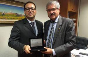 Juiz Iran Esmeraldo Leite entrega placa de homenagem ao deputado José Rocha