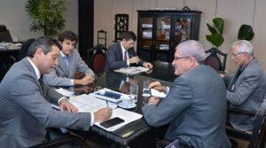 Ministro Maurício Quintella, ao centro, com o prefeito de Coribe, à esq. e o deputado José Rocha, à dir.